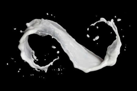 simbolo infinito: simbolo di infinito di schizzi di latte isolato su fondo nero Archivio Fotografico