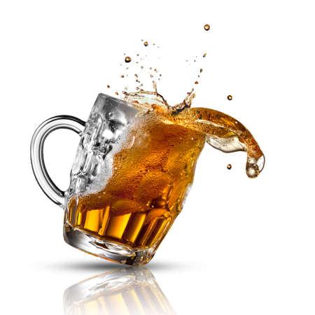 白で隔離ガラス ビール スプラッシュ