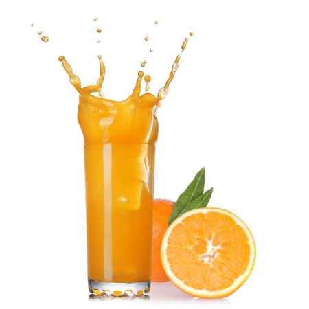 verre de jus d orange: filet de jus dans le verre avec orange isolé sur blanc Banque d'images