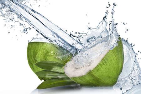 Groene kokosnoot met water splash geïsoleerd op wit Stockfoto