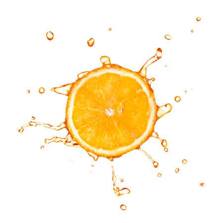 주스 스플래시와 오렌지의 조각 흰색에 고립 된