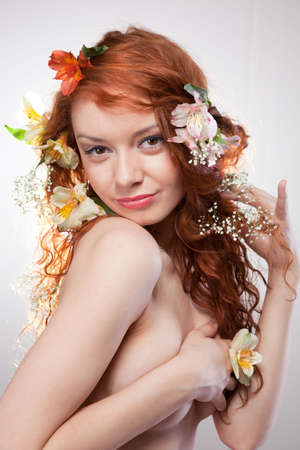 girls naked: Портрет красивой обнаженной женщины с весенними цветами