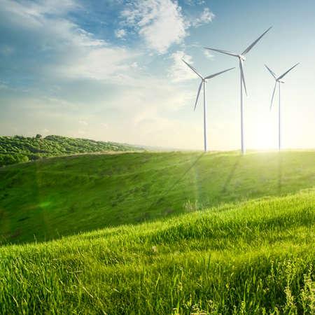 Windgeneratoren turbines op zonsondergang zomer landschap