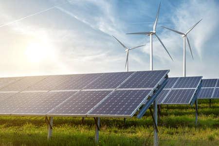 energia solar: paneles solares bajo el cielo azul Foto de archivo