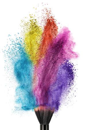 pincel de maquillaje con el polvo de color aislado en blanco Foto de archivo