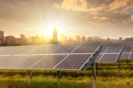 economia: paneles solares bajo el cielo azul Foto de archivo