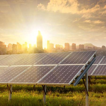energia electrica: paneles solares bajo el cielo azul Foto de archivo