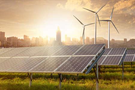 medio ambiente: paneles solares bajo el cielo azul Foto de archivo