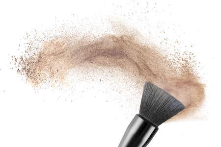 cosmeticos: pincel de maquillaje con base en polvo aislado en blanco Foto de archivo