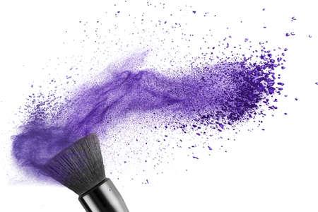 maquillage: pinceau de maquillage avec de la poudre bleu isol� sur blanc Banque d'images