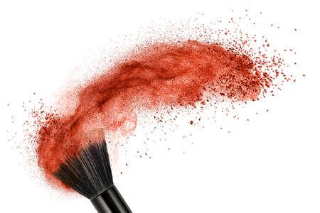 pincel de maquillaje con polvo de color rojo aislado en blanco Foto de archivo