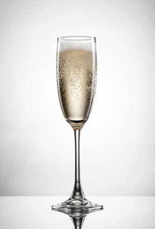 flauta: Champagne en el vidrio aislado en el fondo blanco