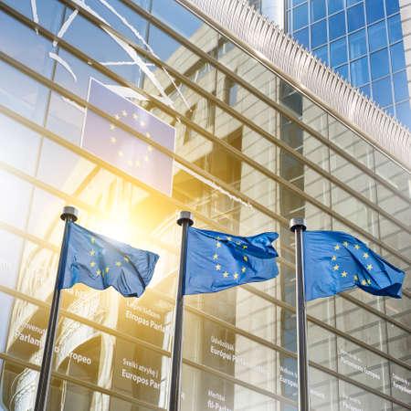 comit� d entreprise: Drapeau de l'Union europ�enne contre le Parlement � Bruxelles, en Belgique