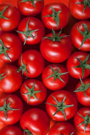 tomates: tomates fond rouge. vue de dessus Banque d'images