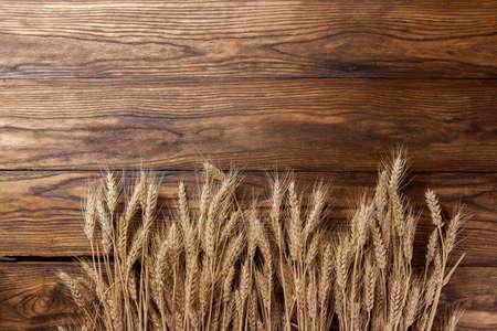 cosecha de trigo: trigo en el fondo de madera. vista superior