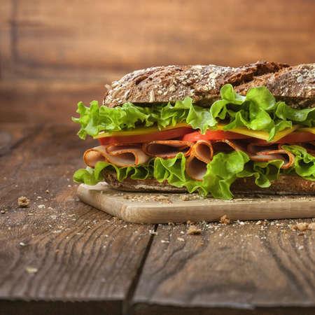 bocadillo: Sandwich en la mesa de madera