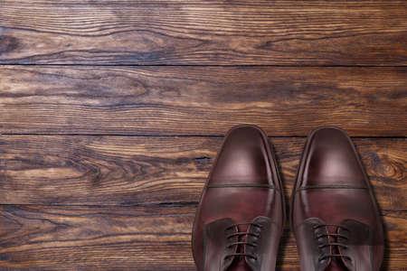 zapato: Zapatos marrones masculinos cl�sicos de cuero en la madera Foto de archivo