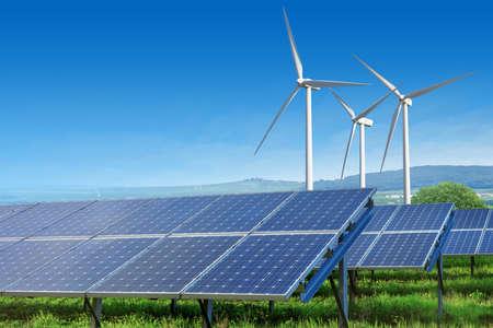 erneuerbar: Sonnenkollektoren und Windkraftanlagen unter blauem Himmel