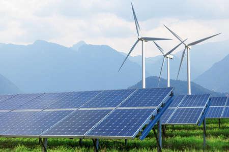 erneuerbar: Sonnenkollektoren und Windkraftanlagen gegen Berge