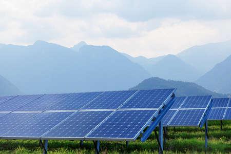 zonnepanelen op zomer landschap met bergen op de achtergrond