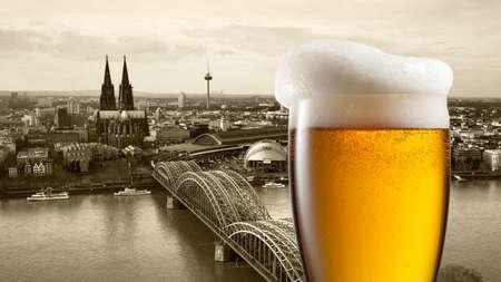 dom: Verre de bière avec vue sur Koeln sur fond, en Allemagne. En-tête pour le site Web