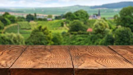 granja: mesa de madera vacía con el paisaje de viñedos en Francia en el fondo. Cabecera de página web Foto de archivo