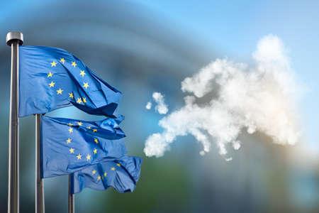 medio ambiente: Indicadores de unión europea y mapa de Europa hecha de nubes