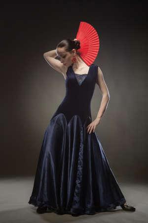 schwarze frau nackt: junge Frau tanzt Flamenco im blauen Kleid auf schwarzem Hintergrund
