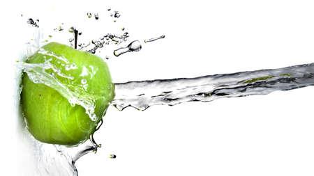 manzana verde: salpicaduras de agua dulce de manzana verde aislado en blanco. Cabecera de página web