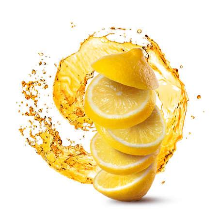 tranches de citron La chute contre les éclaboussures de jus isolé sur fond blanc