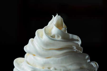 Soft Ice Cream geïsoleerd op een zwarte achtergrond
