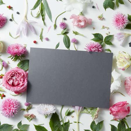 Schöne Rosa Und Weiße Pfingstrose Blumen Auf Grauem Stein ...