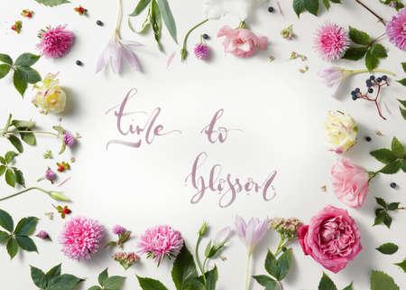 cita - tiempo para florecer escrito en el estilo de la caligrafía en el papel con marco corona de flores y ramas aisladas sobre fondo blanco