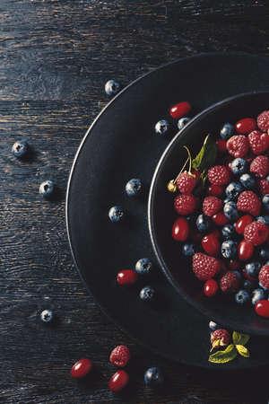 frutas de verano en la mesa de madera negro. Estilo de vida saludable Foto de archivo
