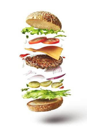 Deliziosi hamburger con ingredienti di volo su sfondo bianco