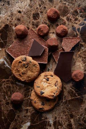 galletas: galletas de chocolate y chocolate diferente en el cacao en polvo y el fondo de mármol oscuro