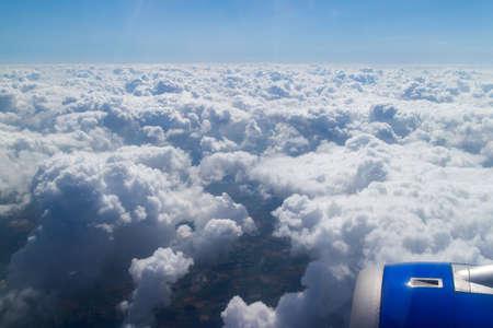 plan éloigné: Wing aircraft in altitude during flight