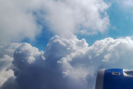 plan éloigné: airplanes wing over a blue and cloudy sky Banque d'images