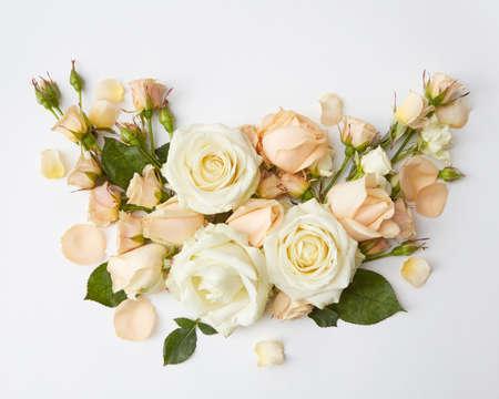 Boeket rozen vertegenwoordigd op witte achtergrond. Mooie decoratie van bloemen in Valentijnsdag of huwelijk van jong romantisch koppel.
