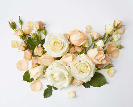 Bouquet of roses represented over over white background. Beautiful decoration of flowers in Valentine's Day or wedding of young romantic couple. Banque d'images