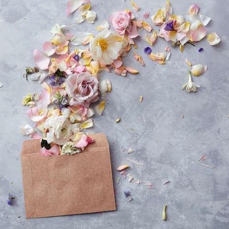 Bloemen in envelop
