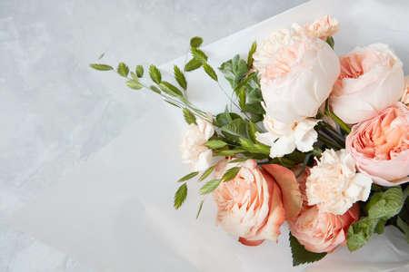 svatba: Růže na bílém pozadí