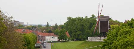 Antiguo molino de viento en una colina en el casco antiguo de Brujas, Bélgica vista panorámica