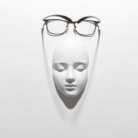 Gips-Gesichtsmaske mit eleganter Brille darüber auf weißem Hintergrund mit weichen langen Schatten, Kopierraum. Flach liegen. Standard-Bild
