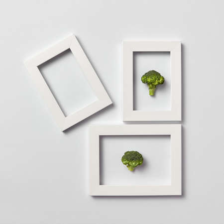 Creative pattern of frames with natural organic broccoli on a light background. Stockfoto