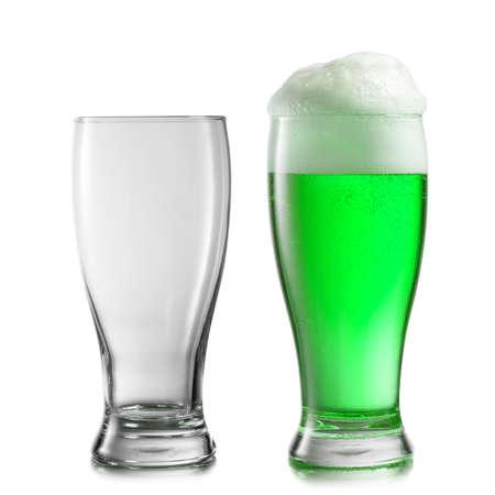 Composizione da due bicchieri vuoti e riempiti di birra verde naturale fresca con schiuma spessa su uno sfondo bianco, copia spazio. Felice giorno di San Patrizio concetto. Archivio Fotografico