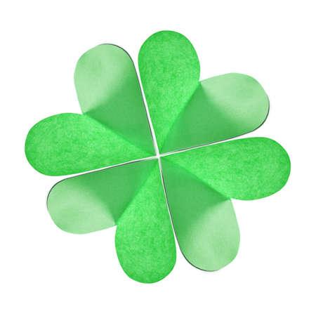Nahaufnahme des grünen natürlichen Kleeblattes, das aus farbigem Papier auf weißem Hintergrund mit Kopienraum handgefertigt wurde. Grußkarte St.Patrick's Day. Standard-Bild