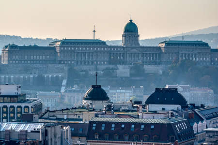 Morning view to Buda Castle and palace of the Hungarian kings in Budapest. Banque d'images