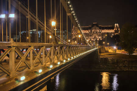 Night view to constraction of the Chain Bridge across river Danube in Budapest. Banque d'images