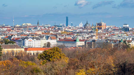 Urban landscape with roofs of historic and modern buildings in Vienna. Banque d'images